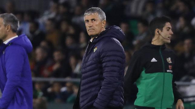 Setién, con gesto serio, en el Betis-Celta (Juan Manuel Serrano)
