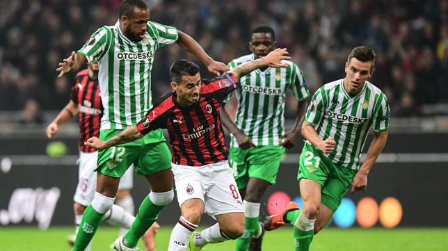 Sidnei trata de parar un avance de Suso en presencia de Lo Celso en el Milan-Betis del 25 de octubre (Foto: AFP)