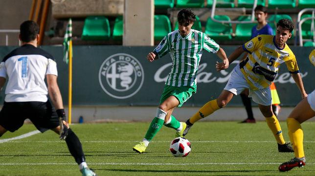 Robert conduce el balón en el partido jugado ante el Coria CF (Foto: Real Betis)