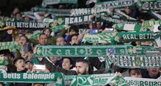Imagen de la afición del Betis durante el partido ante el Rayo Vallecano (Foto: Raúl Doblado/ABC)