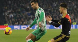 Barragán controla el balón ante el jugador del Rayo Álex Moreno (Foto: Raúl Doblado)