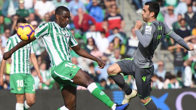 William Carvalho pugna con Juanmi por un balón en el Betis-Real Sociedad (Foto: J. J. Úbeda/ABC)