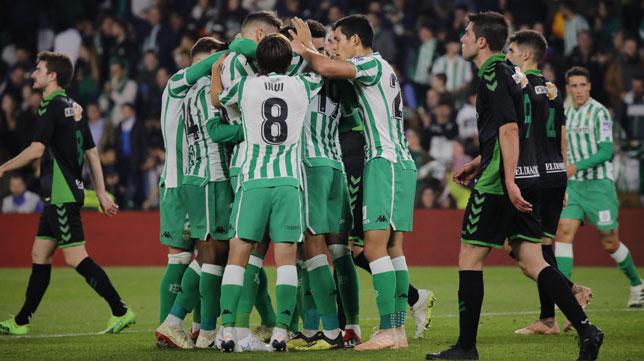 Francis, Javi García, Inui, Feddal, Barragán, Mandi y Sanabria, en el Betis-Racing de Santander (Raúl Doblado)