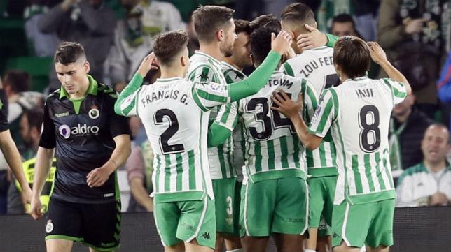 Francis celebra con sus compañeros uno de los goles anotados ante el Racing en la Copa del Rey (Foto: EFE)