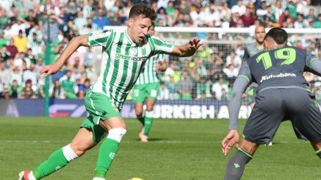 Francis trata de superar al jugador de la Realo Sociedad Theo (Foto: J. J. Úbeda)