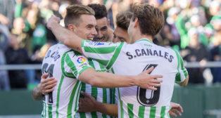 Los jugadores del Betis celebran el gol de Sanabria en el duelo ante el Eibar (Foto: Juan José Úbeda).