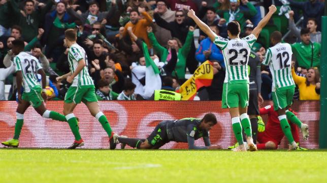 Los jugadores del Betis celebran el gol de Junior ante la Real Sociedad (Foto: EFE)