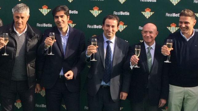Quique Setién, Ángel Haro, López Catalán, Serra Ferrer y Joaquín en el brindis