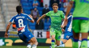 Joaquín trata de marcharse de Rosales en el Espanyol-Betis