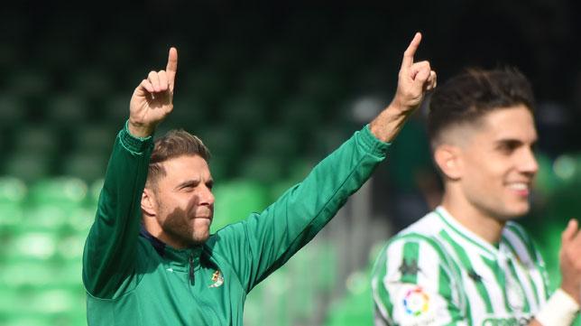 Joaquín saluda con los dedos a la afición al término del Betis-Real Sociedad (Foto: J. J. Úbeda/ABC)