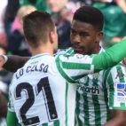 Junior y Lo Celso se abrazan tras el del primero ante la Real Sociedad (Foto: J. J. Úbeda/ABC)