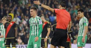 Lo Celso espera que Martínez Munuera le permita lanzar el penalti ante el Rayo Vallecano (Foto: Raúl Doblado/ABC)
