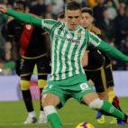 Giovani Lo Celso, en el momento de tirar el penalti ante el Rayo Vallecano (Foto: Raúl Doblado/ABC)