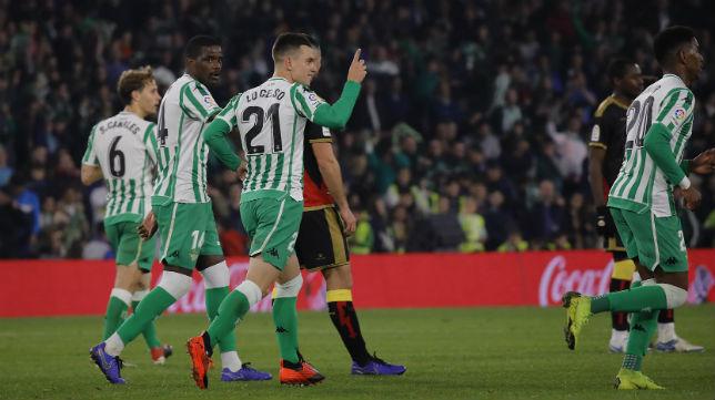 Varios jugadores del Betis celebran el gol anotado por Lo Celso de penalti ante el Rayo (Foto: Raúl Doblado)