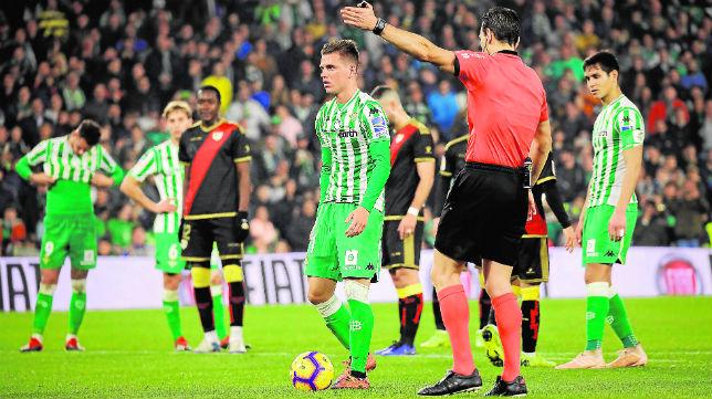 Lo Celso se dispone a lanzar un penalti en el partido ante el Rayo (Foto: Raúl Doblado)