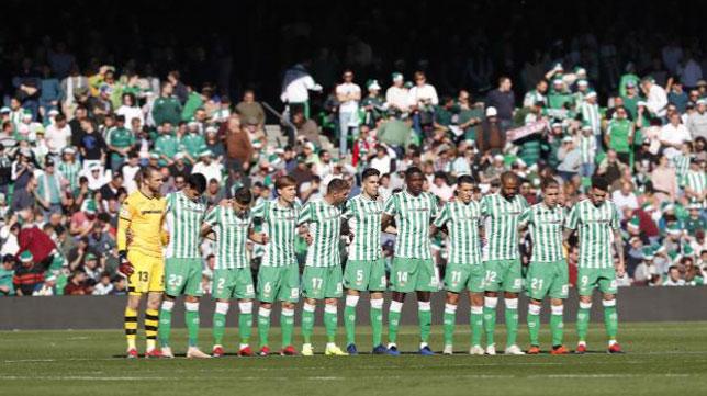 Los jugadores del Betis, durante el minuto de silencio antes del partido ante el Eibar (Foto: LaLiga).