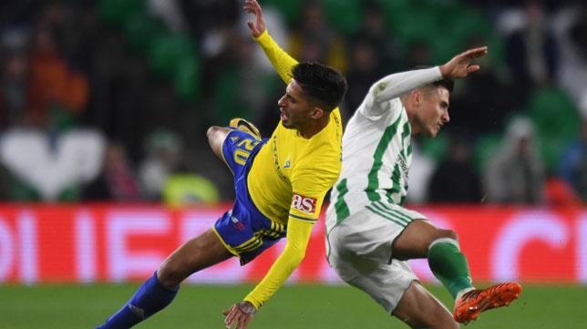 Nico Hidalgo compite con Narváez en el Betis-Cádiz de la temporada pasada (Foto: EFE).