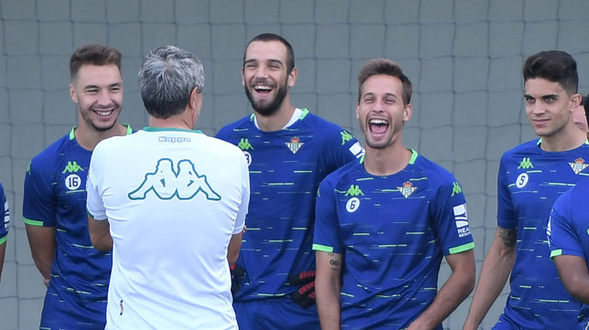 Loren, Pau López, Canales y Bartra sonríen junto a Quique Setién (Foto: Juan José Úbeda).