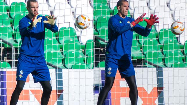 Pau López y Joel Robles, durante un entrenamiento (Fotos: Juan José Úbeda).