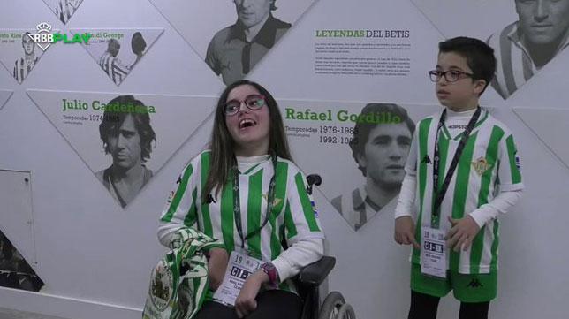 Paula, cumpliendo el sueño de conocer a los jugadores del Betis (RBB)