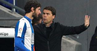 El técnico del Espanyol, Rubi, le da instrucciones a Granero
