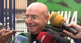 Serra Ferrer atendió a los medios a la salida del Betis rumbo a Luxemburgo (Foto: J. S.)