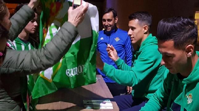 Tello y Sergio León firmando autógrafos en Barcelona (Foto: Real Betis).