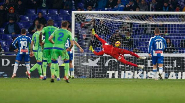 Momento en el que Tello hace el 1-2 de falta ante el Espanyol (LaLiga)