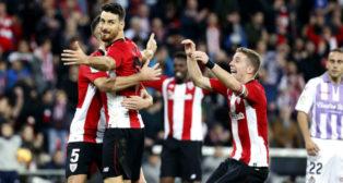Aduriz es felicitado tras marcar en el Athletic-Valladolid (Foto: EFE)