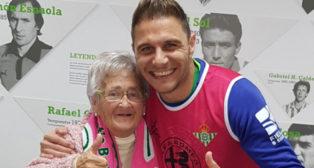 Joaquín posó al término del Betis-Girona con 'la abuela del Betis de Bornos'