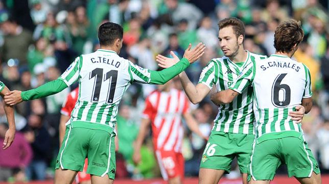 Tello felicita a Loren ante Canales durante el Betis-Girona (Foto: AFP).