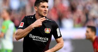 Lucas Alario celebra un gol con el Bayer Leverkusen (Foto: AFP).