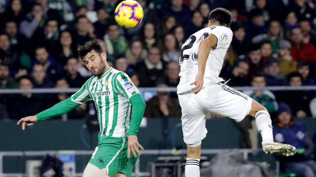 Barragán, en un lance del Betis-Real Madrid (J. M. Serrano)