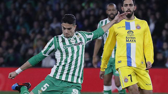 Bartra golpea el balón durante el Betis-Espanyol de la Copa del Rey (Foto: Raúl Doblado)