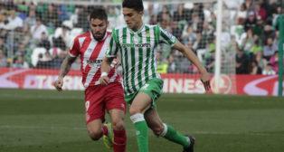Bartra conduce el balón en el Betis-Girona (R. Doblado)