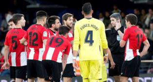 Beñat, en el centro de la imagen durante el Villarreal-Athletic (Foto: EFE)