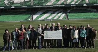 Entrega de una donación a la asociación Down Sevilla y Provincia por parte de los veteranos del Betis (Foto: Juan Flores)