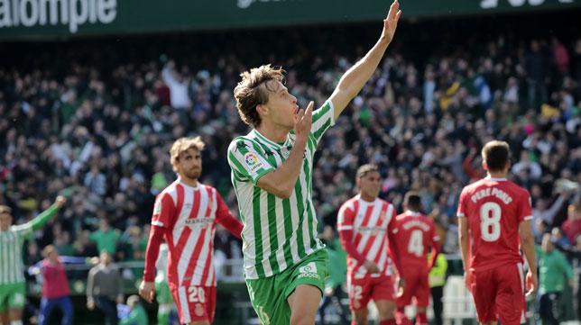 Sergio Canales celebra el gol de penalti que suponía el 3-2 ante el Girona (Foto: Raúl Doblado).