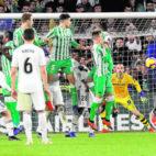 Ceballos marca de falta en el Betis-Real Madrid (J. M. Serrano)