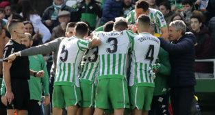 Los jugadores del Betis se abrazan en torno a Sidnei tras el gol de Canales (3-2) al Girona (Foto: Raúl Doblado/ABC)