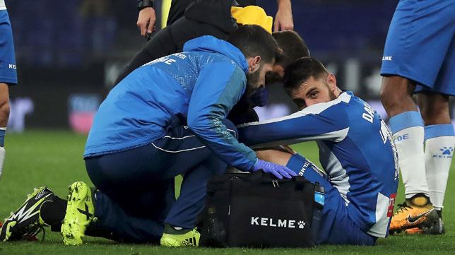 David López, en el momento de ser atendido en el Espanyol - Villarreal de la Copa (Foto: EFE)