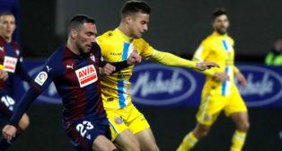 Arbilla y Marc Roca disputan un balón en el Eibar-Espanyol (Foto: EFE)
