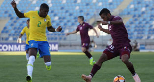 Emerson, ante un rival en el Sudamericano sub 20 (Foto: EFE).