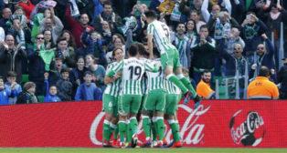 Los jugadores béticos celebran el gol de Tello en el Betis-Girona (Foto: LaLiga).