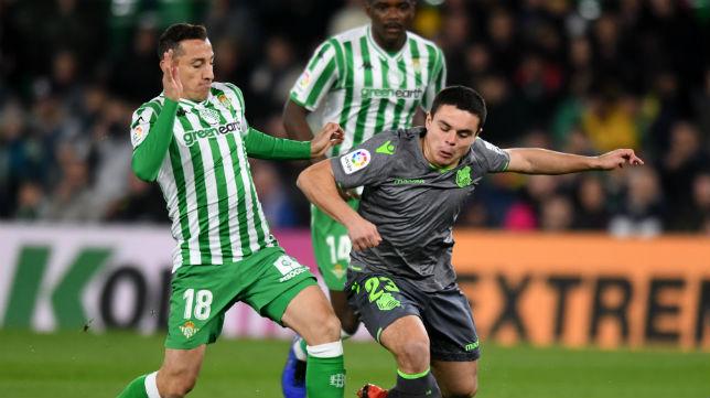 Guardado disputa un balón con Sangalli en el Betis-Real Sociedad de la ida de la Copa del Rey (Foto: J. J. Úbeda)