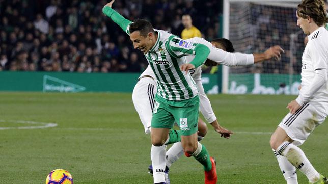 Guardado, en un lance del Betis-Real Madrid (J. M. Serrano)