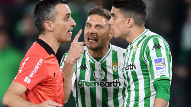 Joaquín y Bartra discuten con el árbitro Jaime Latre en el Betis-Real Sociedad de la ida de la Copa del Rey (Foto: J. J. Úbeda)