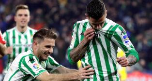 Joaquín y Sergio León, en el Betis-Espanyol (EFE)