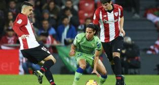 Lainez saca una falta en presencia de Dani García y San José en el Athletic-Betis (Foto: J. M. Serrano Arce)