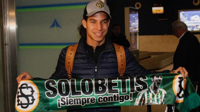 Diego Lainez posa a su llegada al aeropuerto de San Pablo (Foto: Manu Gómez)